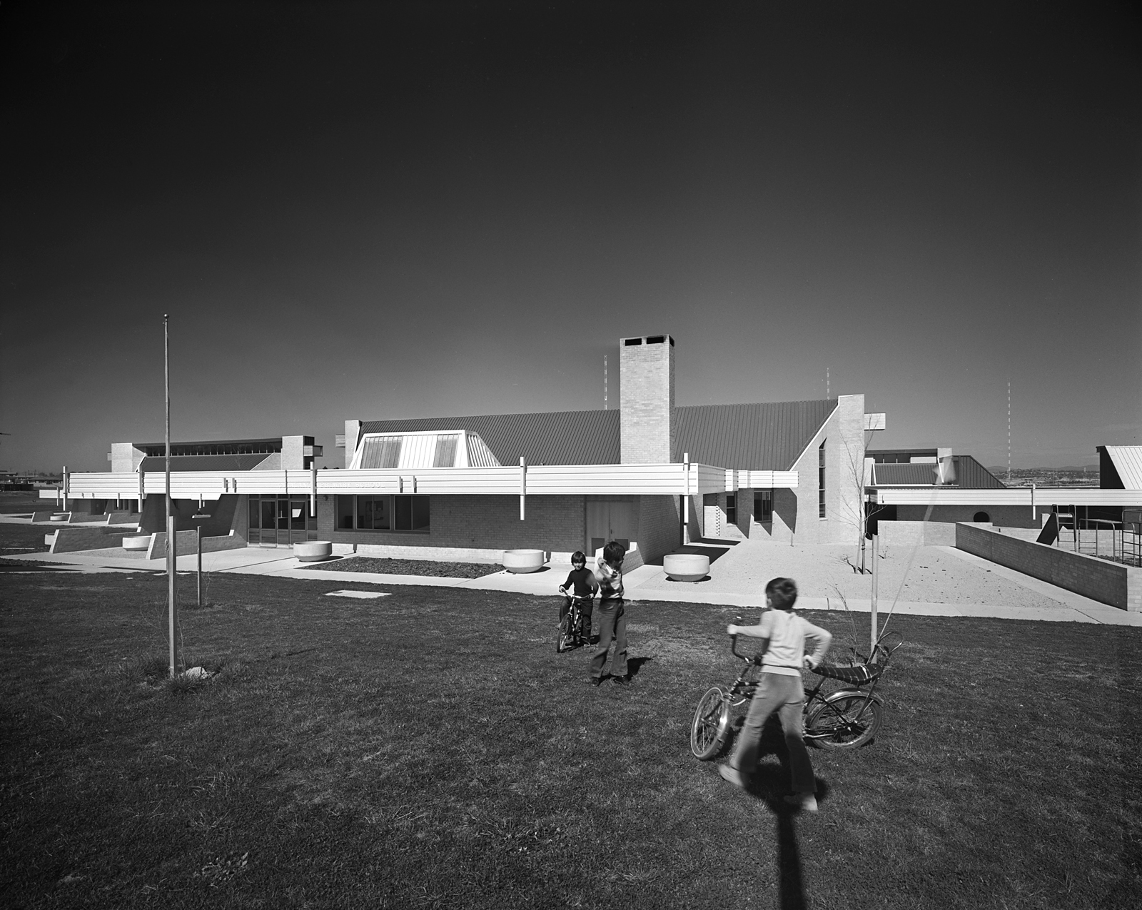 Figure 4. Giralang Primary School, 1975. Photo by Max Dupain, courtesy of Enrico Taglietti.